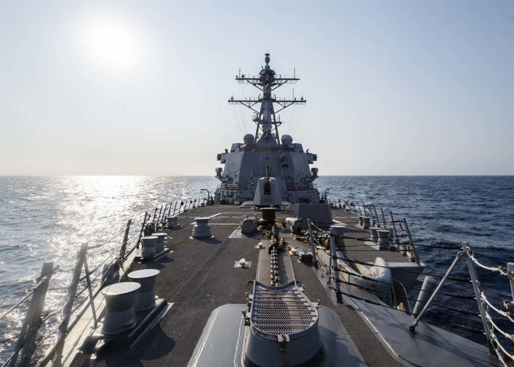 台湾海峡を航行する米海軍のミサイル駆逐艦マッキャンベル(米海軍提供)
