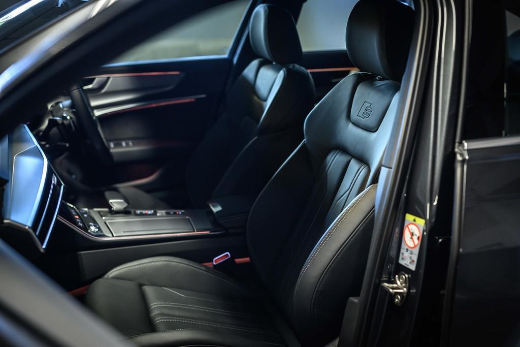 試乗車のシートは、オプションの「Sライン パッケージ」(52万円)に含まれる専用タイプ。