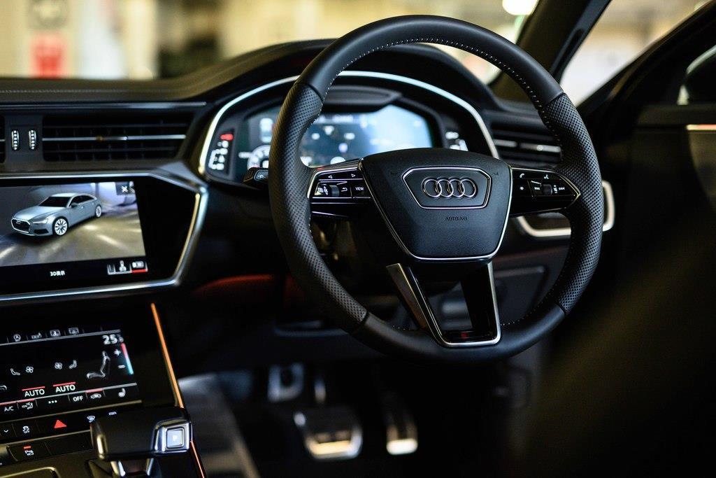 24万円のオプションである「パワーアシストパッケージ」装着車のステアリング ホイールは、電動チルト/テレスコピックス機構付き。
