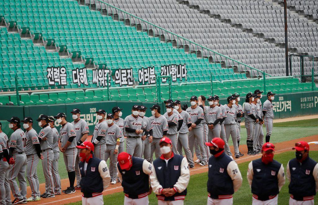韓国プロ野球開幕の5日、選手たちはマスク姿で試合に臨んだ=韓国・仁川(ロイター)