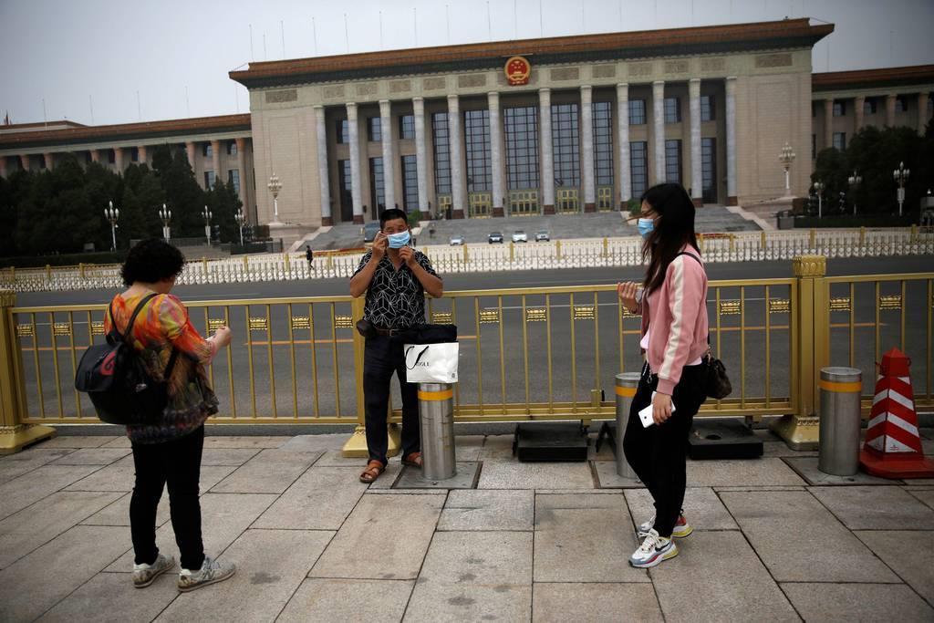 全人代が22日に開幕する北京の人民大会堂前の天安門広場=16日(ロイター)