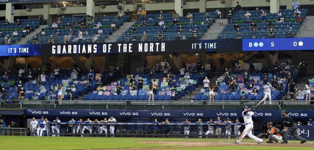 観客を入れて行われた台湾のプロ野球=5月8日、新北市(ゲッティ=共同)