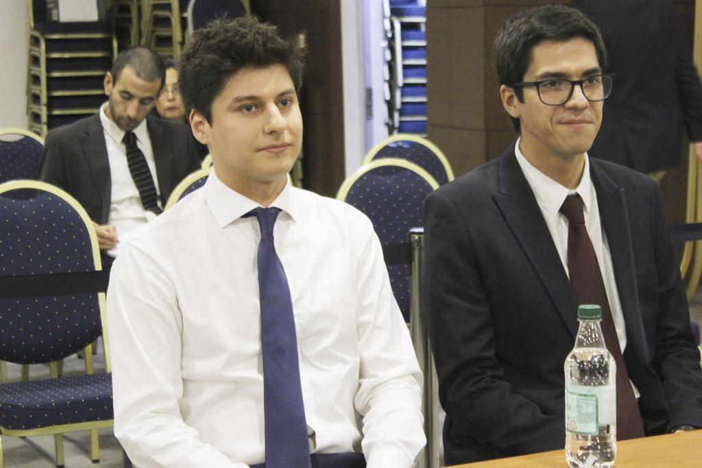 3月26日、チリ・サンティアゴで開かれた最高裁の審理に出廷したニコラス・セペダ容疑者(手前左)(共同)