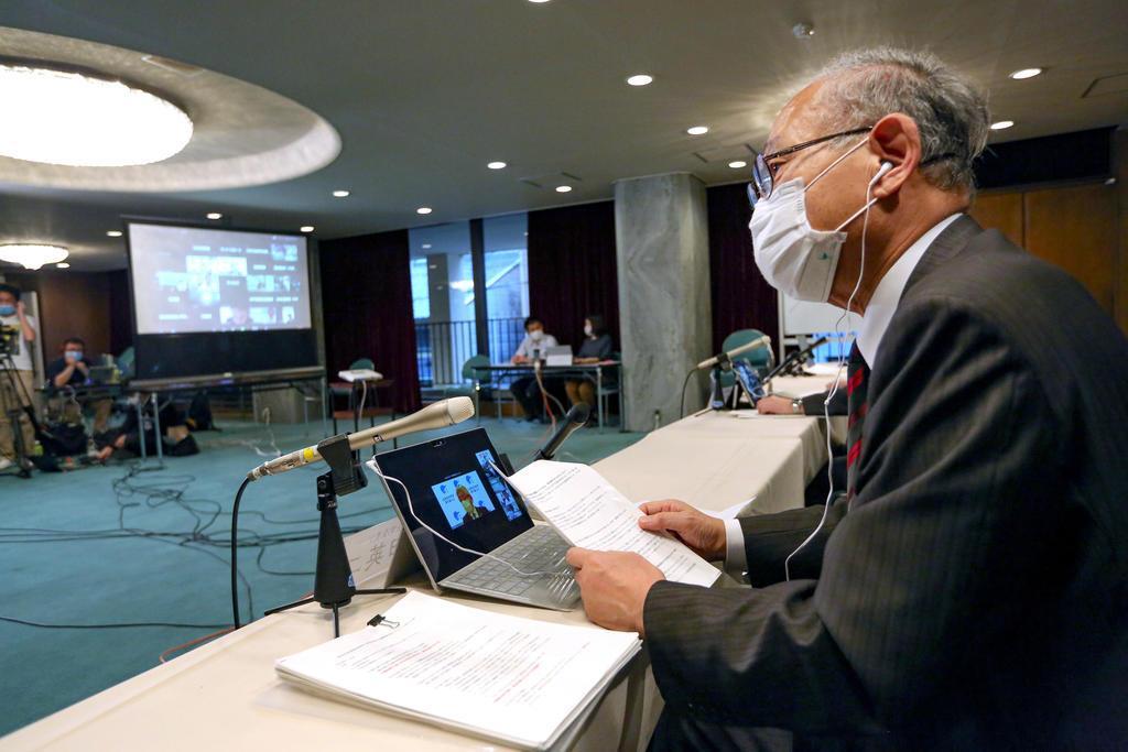 記者会見する日本高野連の八田英二会長=20日午後、大阪市西区(代表撮影)