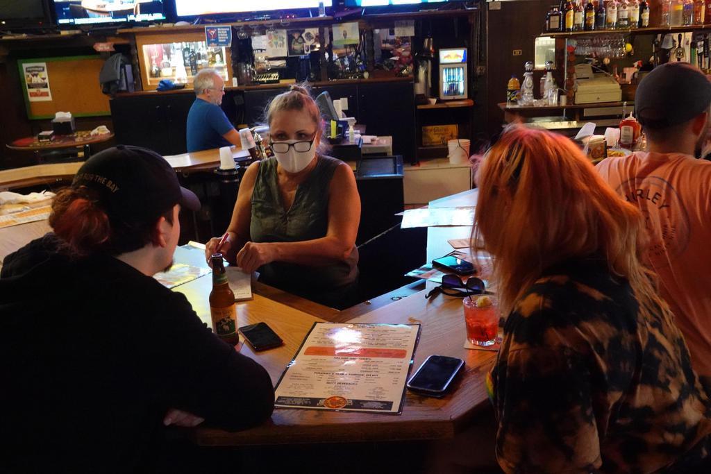 15日、米ウィスコンシン州のバーで飲食する客ら(ゲッティ=共同)