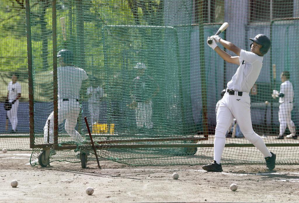 夏の甲子園大会の中止決定前、練習を続ける明徳義塾高の野球部員=20日、高知県須崎市(代表撮影)