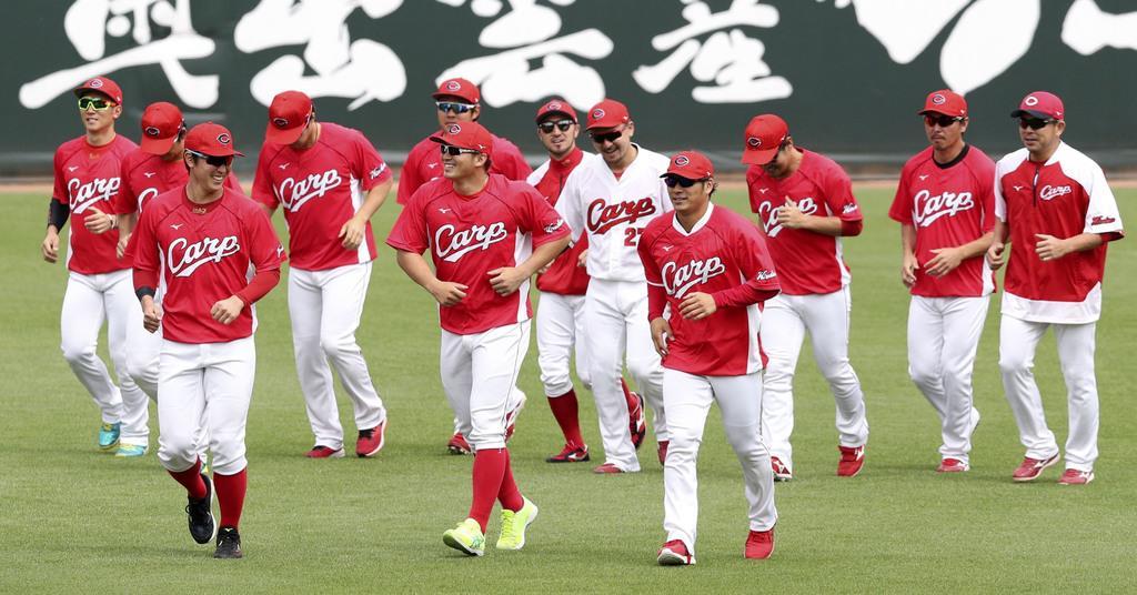 チーム練習が再開され、ランニングする広島ナイン=21日
