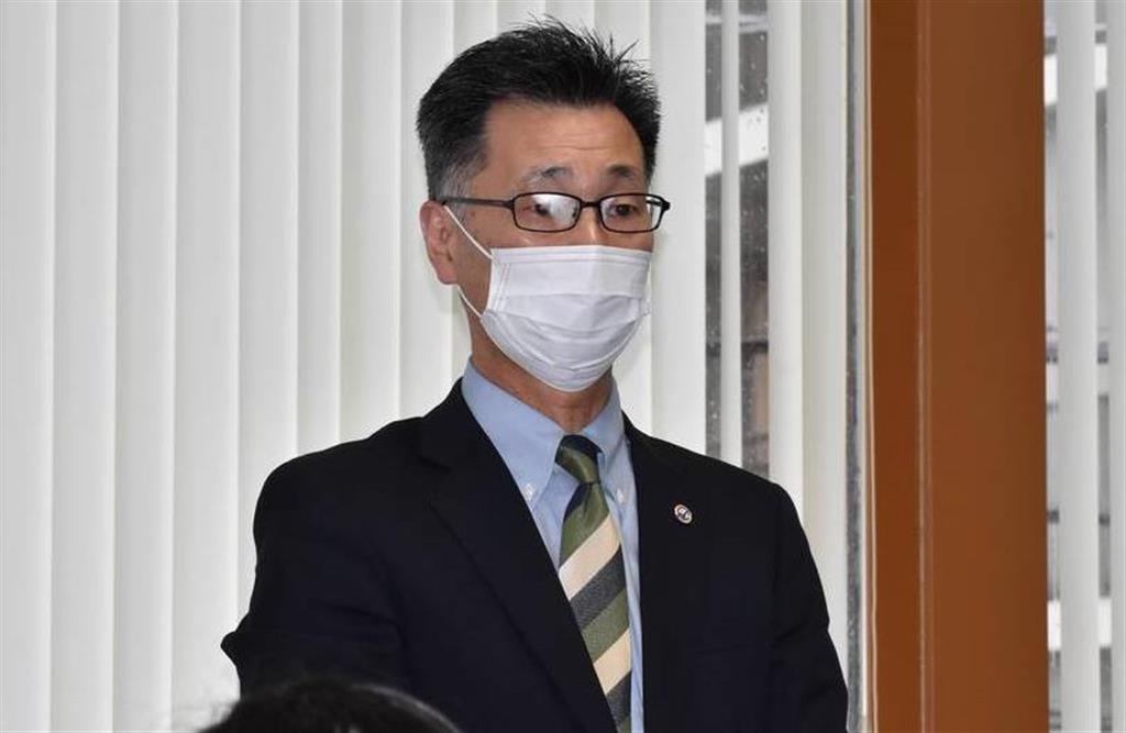 臨時理事会後、記者の取材に応じる県高野連の渡辺範夫会長=22日、千葉市稲毛区