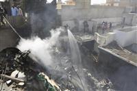パキスタン航空機が墜落32人死亡 カラチ空港近くの住宅街に