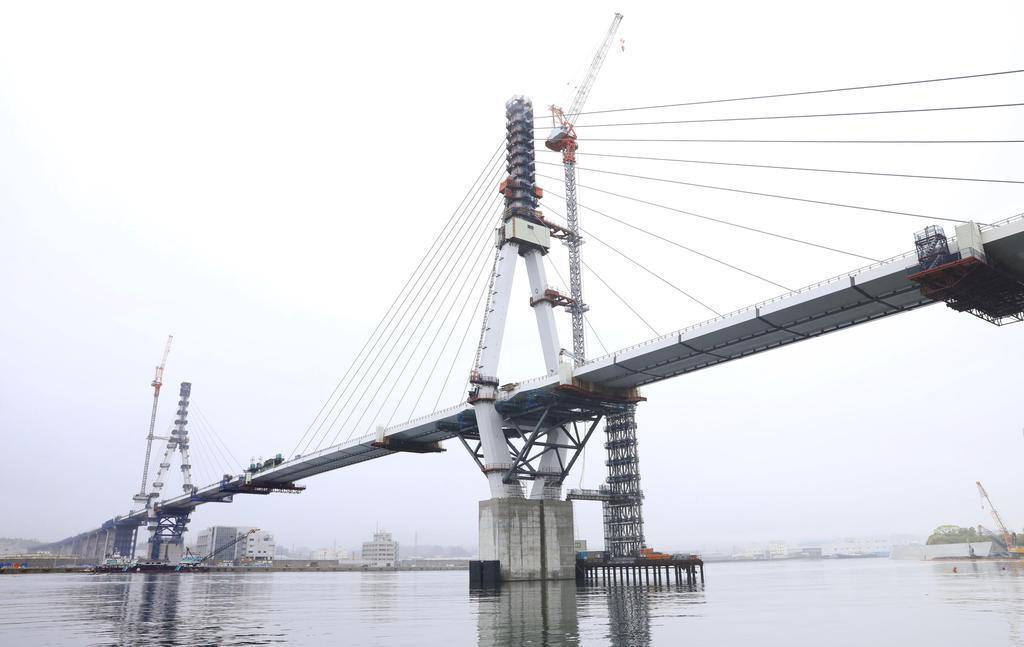 「復興の架け橋」接続へ 気仙沼湾、最後の部材設置