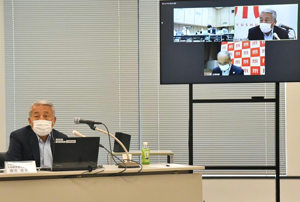 記者会見する麻生泰・九州経済連合会会長と、広瀬勝貞・大分県知事(画面下)