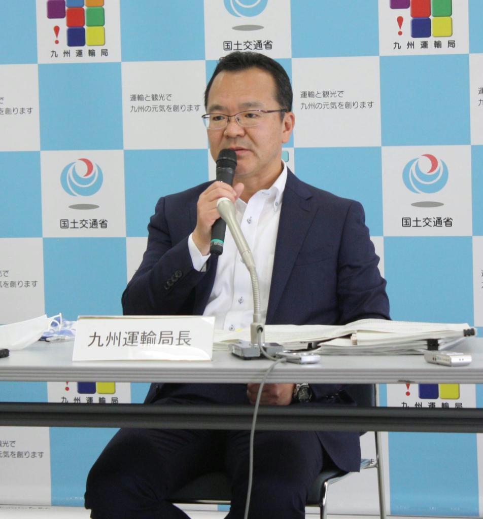 記者会見する九州運輸局の岩月理浩局長
