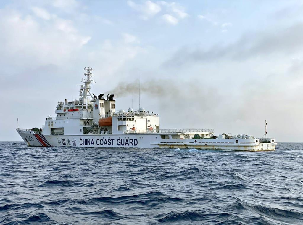 尖閣諸島周辺の領海で日本漁船を追尾した中国海警局の船=10日(金城和司さん提供)