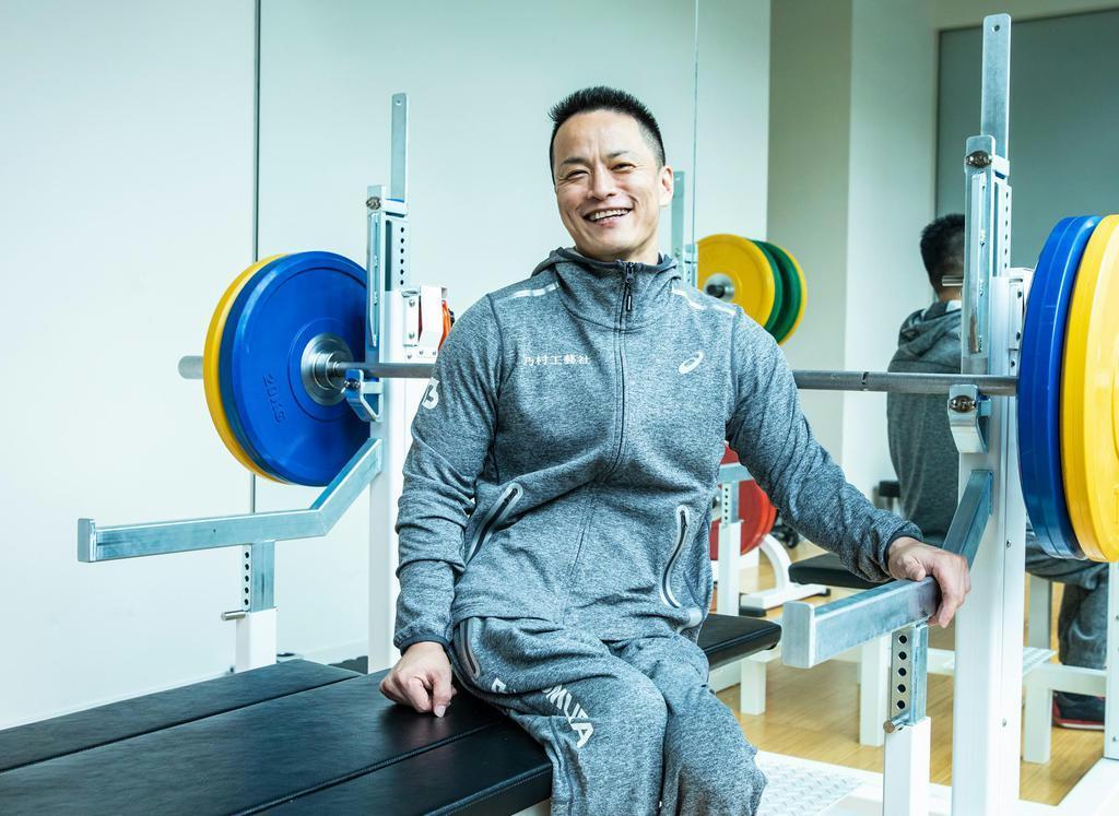 バーベルを背に笑みを浮かべる西崎。東京大会出場を目指す