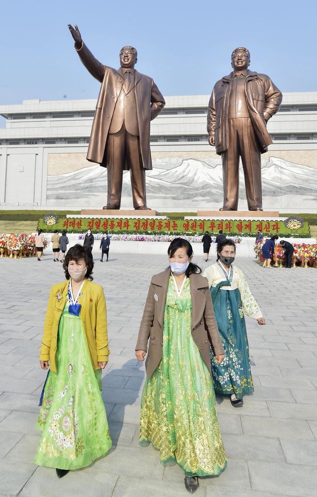 北朝鮮の故金日成主席(左)と故金正日総書記の銅像が立つ万寿台の丘=平壌(共同)