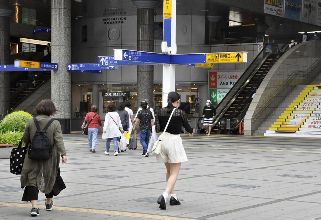 北九州市小倉北区のJR小倉駅前=27日午後