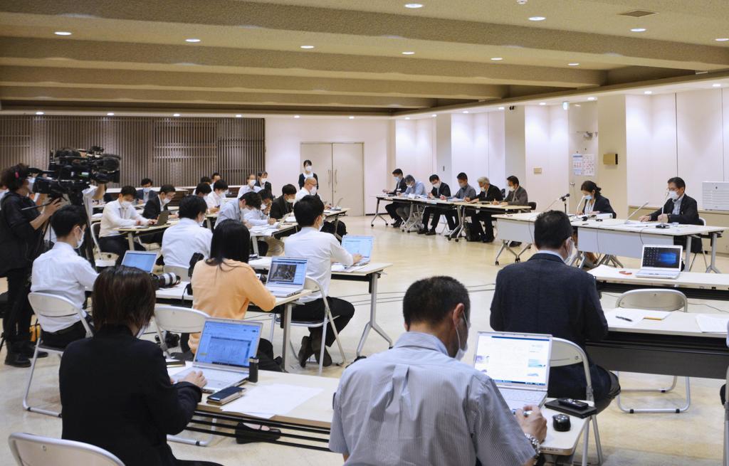 北九州市で新たに21人の新型コロナウイルス感染が確認され、開かれた記者会見=28日夜、北九州市役所