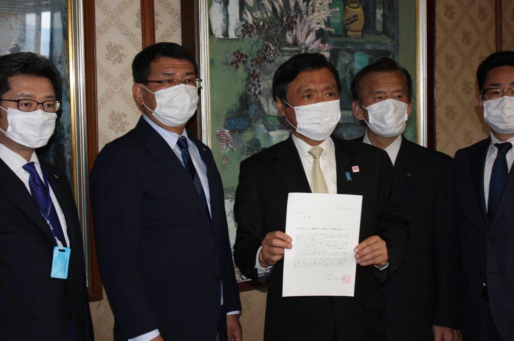 北九州市選出県議による新型コロナウイルス感染対策に関する申し入れを受けた福岡県の小川洋知事(左から3人目)