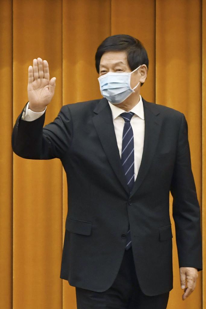手を振る中国の栗戦書・全人代常務委員長=29日、北京の人民大会堂(共同)