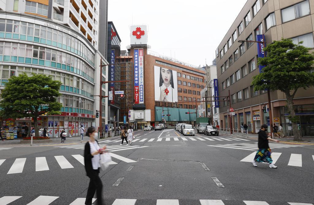 人通りがまばらな北九州市小倉北区の繁華街=30日午後