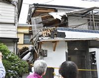 住宅2階に乗用車突っ込む 堤防の上から20メートル