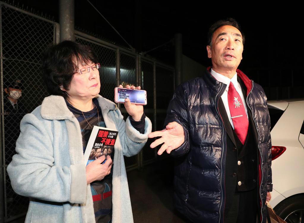 保釈され、大阪拘置所前で取材に応じる籠池泰典被告。左は妻の諄子被告=令和2年2月21日