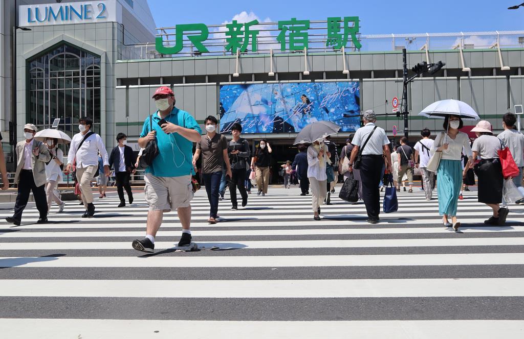 人通りが増え、新宿駅南口周辺も少し活気が戻ったように見えた=30日午後、東京都新宿区(鈴木健児撮影)