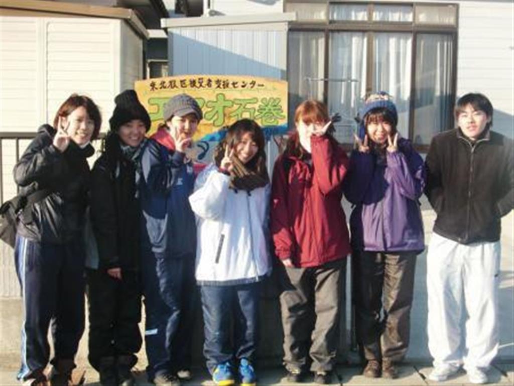 平成23年東日本大震災の被災地でボランティアに参加した中野さん(中央)