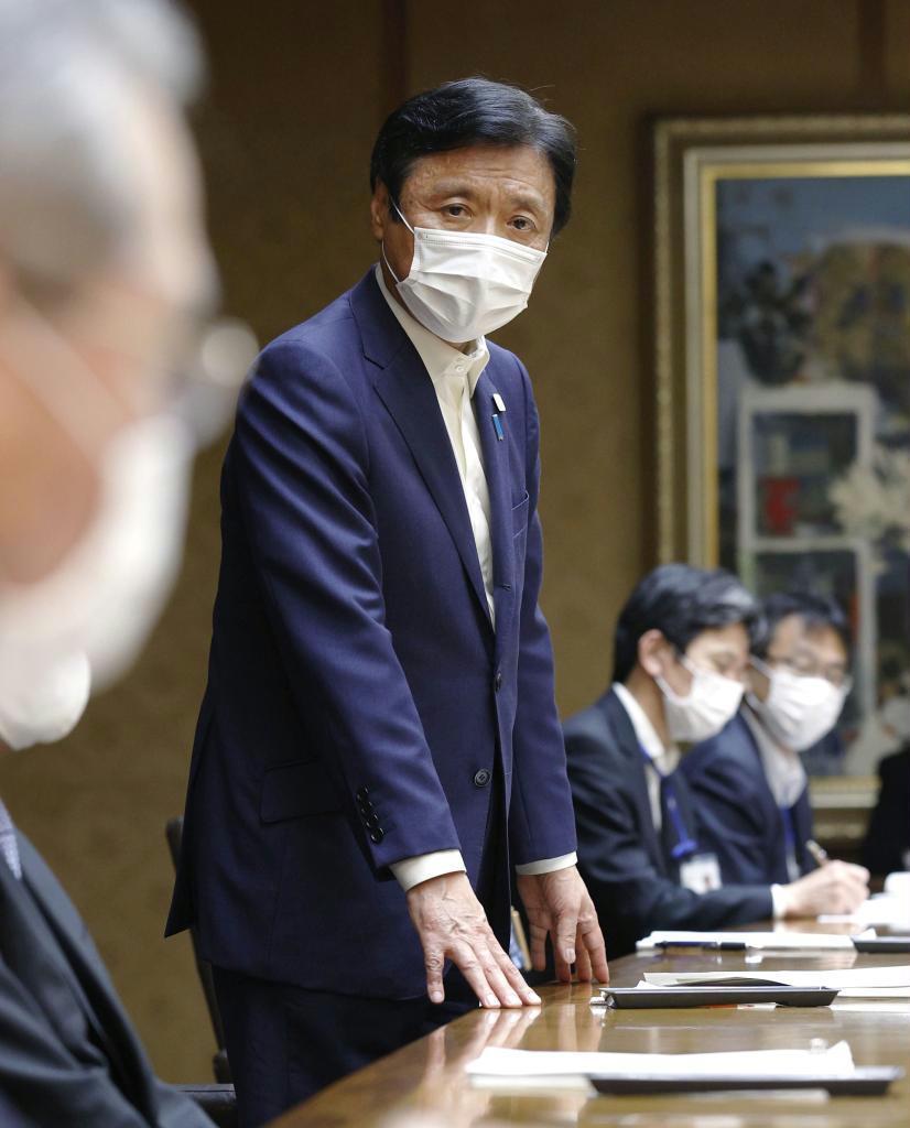 北九州市の新型コロナウイルス感染拡大を受け開かれた、福岡県の対策本部会議で発言する小川洋知事=29日夜
