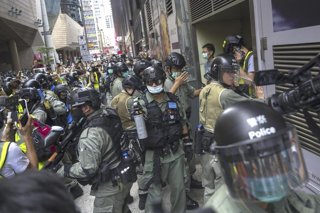 抗議デモを警戒する警官隊=5月27日、香港(ゲッティ=共同)