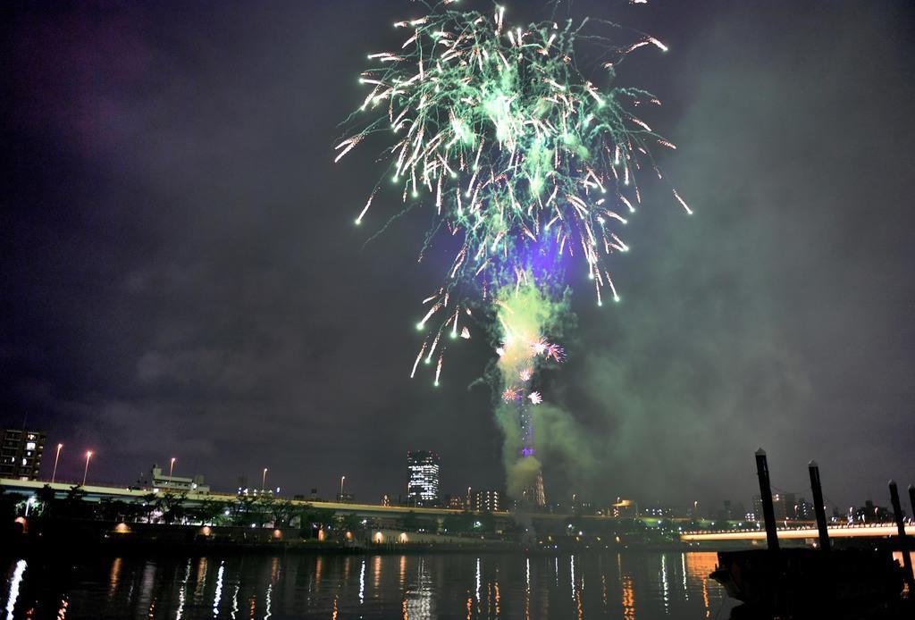 隅田川のスカイツリー周辺で上がった花火=1日午後、東京都(宮崎瑞穂撮影)