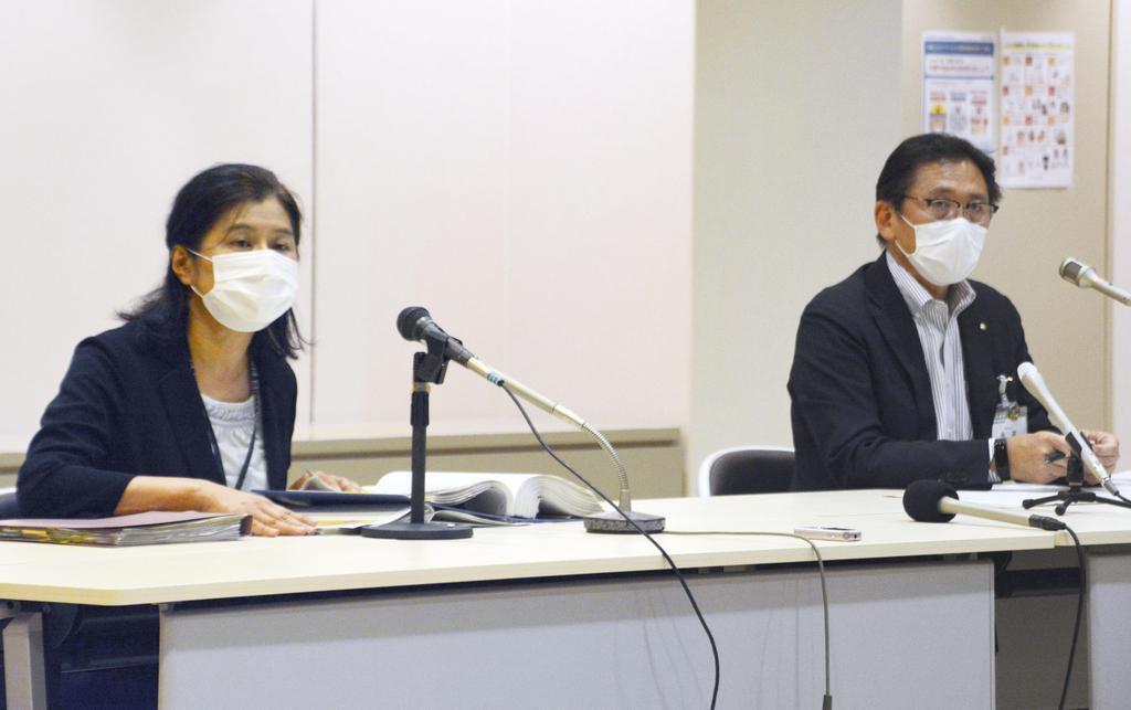 小学校での新型コロナウイルス感染について、記者会見する北九州市職員=5月31日夜、北九州市