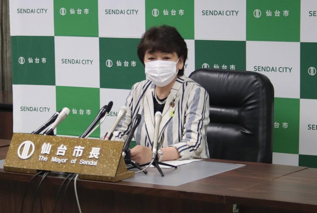 定例会見に臨み、市立小学校への大型エアコンの設置を発表する郡和子市長=2日、仙台市役所(塔野岡剛撮影)