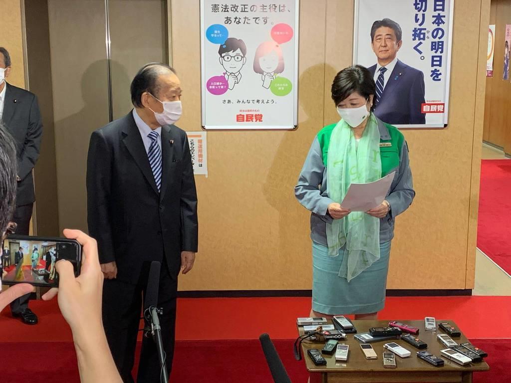 記者の取材に応じる二階俊博幹事長と東京都の小池百合子知事=3日、自民党本部