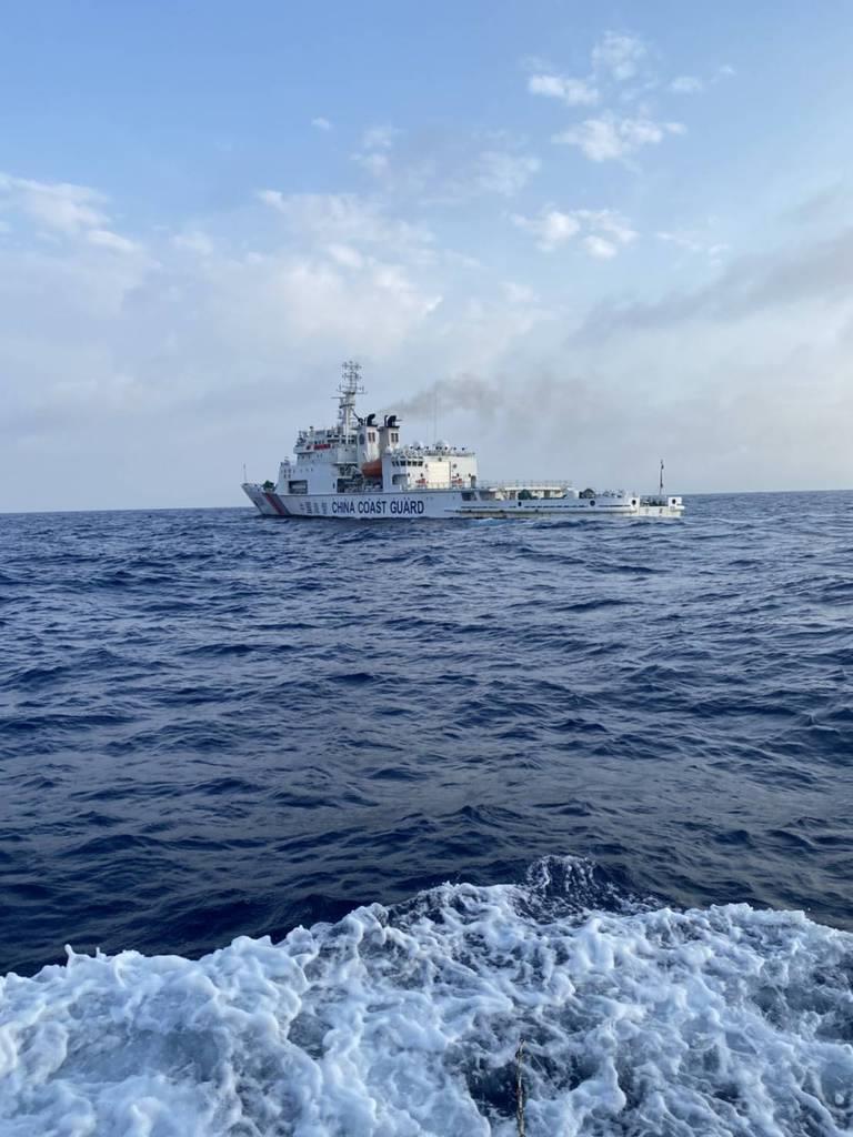 尖閣諸島周辺の領海で日本漁船を追尾した中国海警局の船=5月10日(金城和司さん提供)