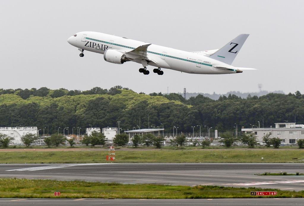 バンコクに向けて出発する、日航グループの新しい格安航空会社「ジップエア トーキョー」の機体=3日午後、成田空港