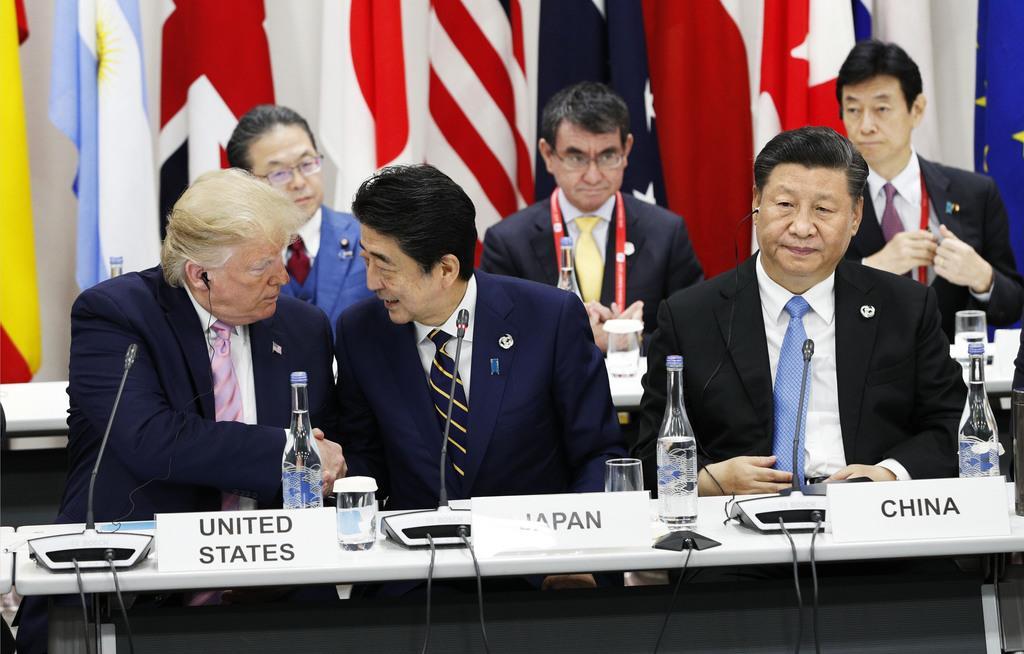 G20首脳会議(大阪サミット)に臨む安倍晋三首相(中央)と中国の習近平国家主席(右)=令和元年6月28日、大阪市住之江区(代表撮影)