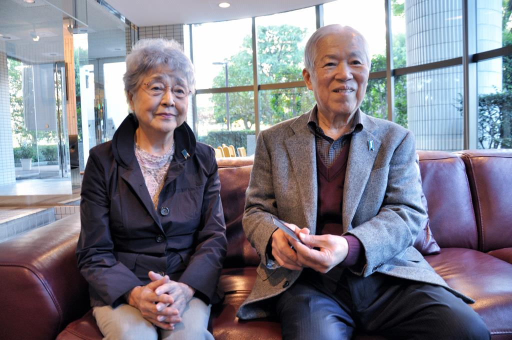 横田めぐみさんが拉致前日にプレゼントしてくれた櫛を手に思いを語る父の滋さん(右)=平成28年11月、川崎市内