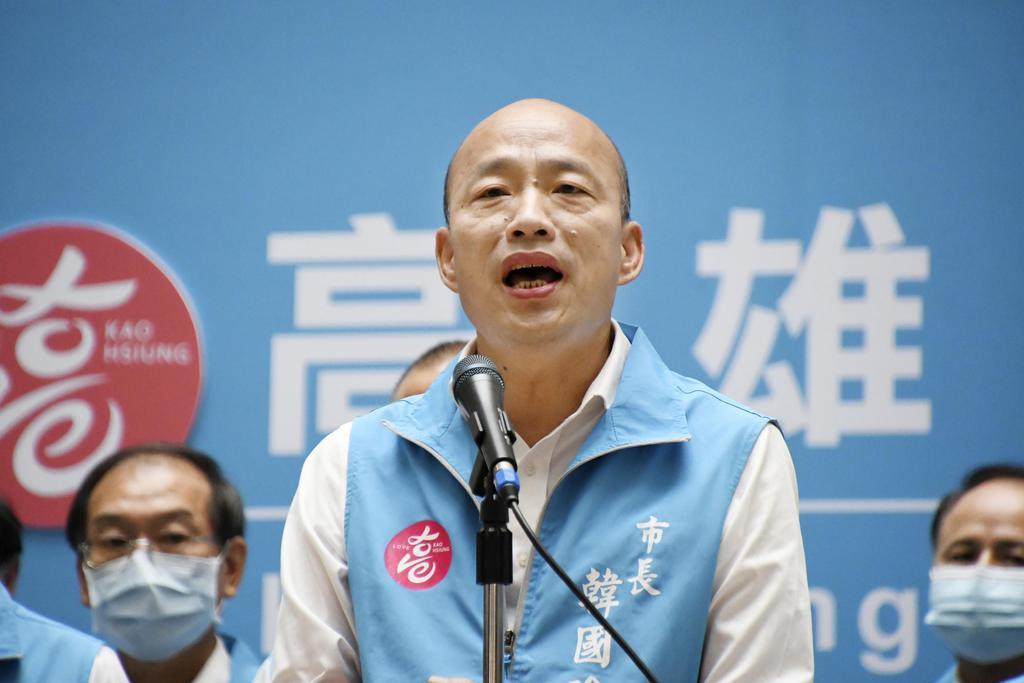 台湾高雄市で、市長リコールが成立したのを受け、記者団にあいさつする韓国瑜氏=6日(共同)