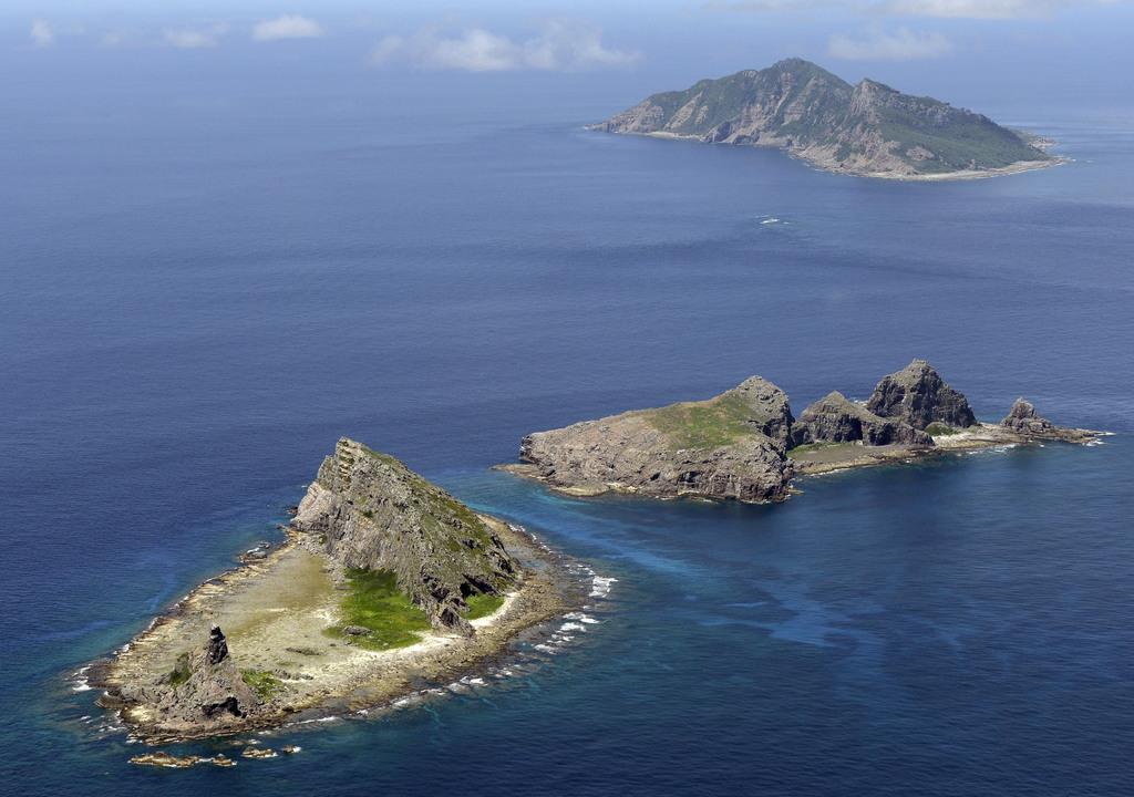 沖縄県・尖閣諸島。手前から南小島、北小島、魚釣島