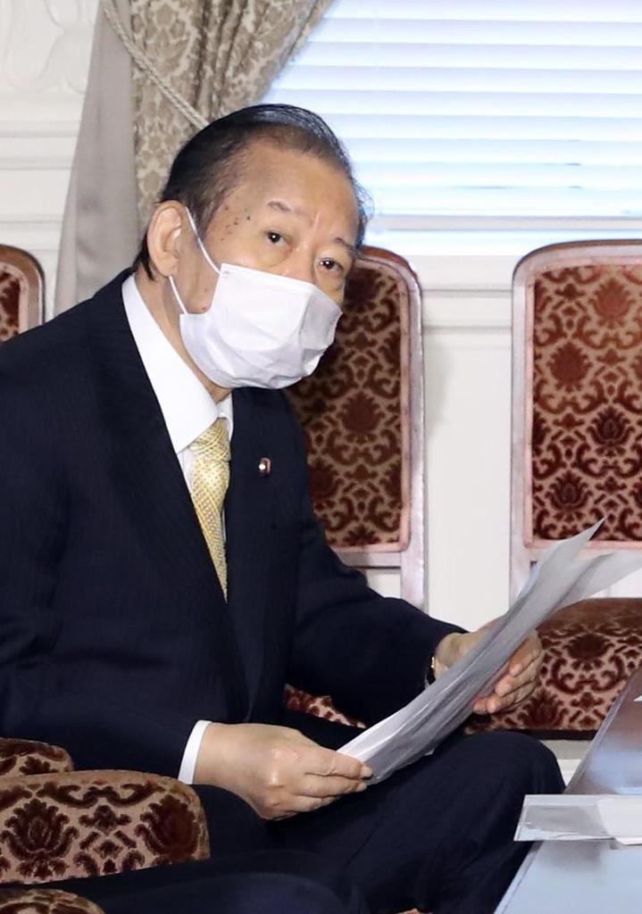 自民党役員会に臨む二階俊博幹事長=8日午後、国会内(春名中撮影)