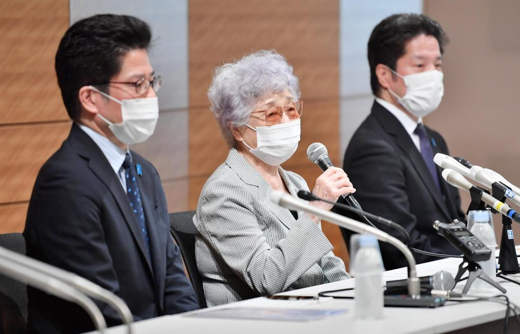 記者会見する(左から)横田拓也さん、早紀江さん、哲也さん=9日午後、東京都千代田区(宮崎瑞穂撮影)