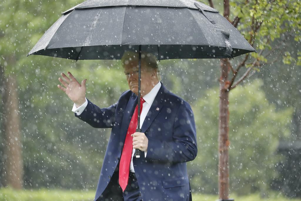 ホワイトハウス内を散策するトランプ米大統領=11日、ワシントン(AP)