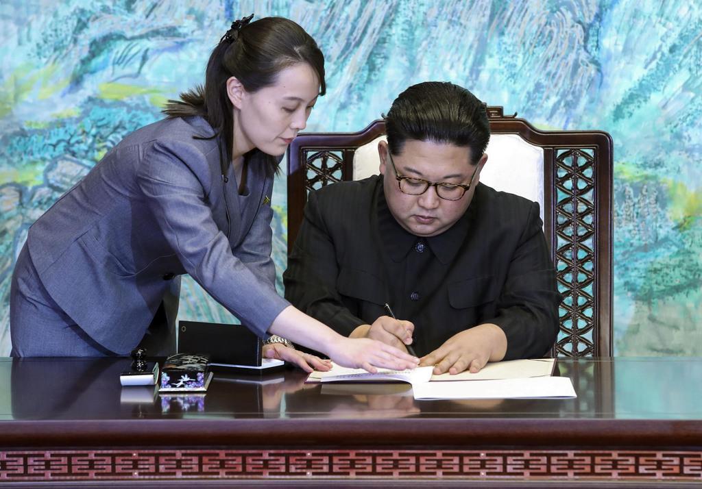 2018年4月、板門店での南北首脳会談で宣言に署名する北朝鮮の金正恩朝鮮労働党委員長(右)と金与正党第1副部長(韓国共同写真記者団・共同)
