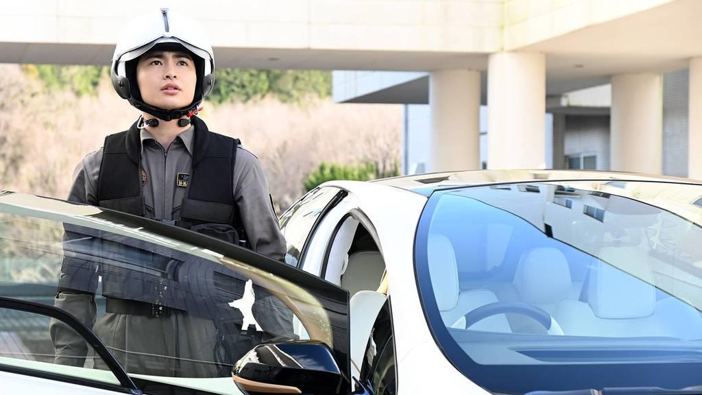 ロボット部隊「ストレイジ」のパイロットで、地球の平和を守るために日夜戦い続けるナツカワハルキ(平野宏周)