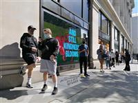 英で百貨店などの小売店再開 感染拡大「第2波」懸念の声も
