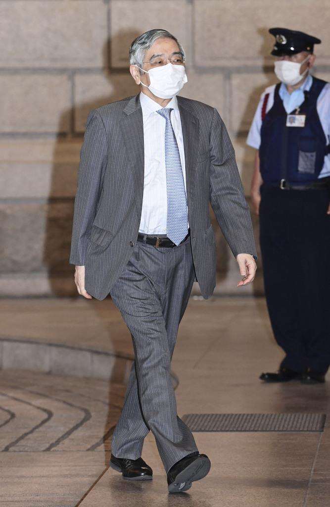 金融政策決定会合に出席するため日銀本店に入る黒田総裁=16日午前(代表撮影)