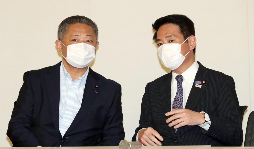 新しい国のかたち協議会の開会を前に言葉を交わす馬場伸幸氏(左)と前原誠司氏=16日午後、国会内(春名中撮影)
