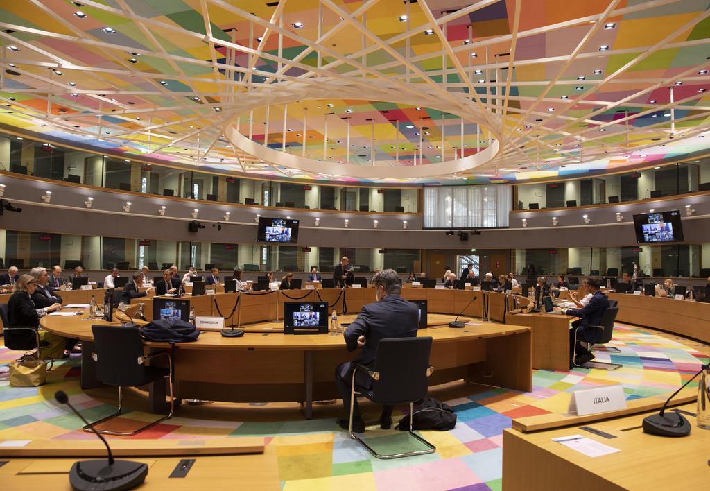 米国のポンペオ国務長官とのテレビ会議を行う欧州連合(EU)27カ国の外相=15日、ブリュッセル(代表撮影・AP)