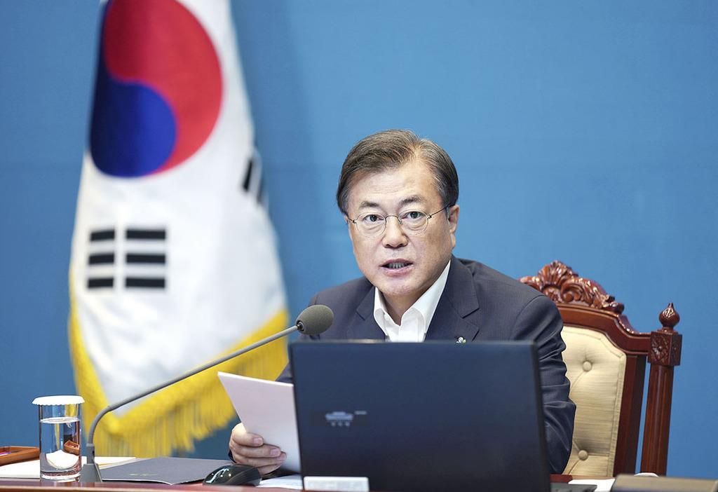 15日、ソウルの韓国大統領府で開かれた会議で発言する文在寅大統領(韓国大統領府提供・共同)